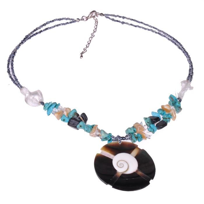 handgefertigte halskette aus silbernen perlen mit bunten steinen und eingelassener seeschnecke. Black Bedroom Furniture Sets. Home Design Ideas